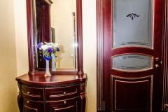 Двери деревянные с гравировкой на матовом стекле и элементами БЕВЕЛИ