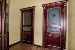 Двери деревянные с гравировкой на матовом стекле и элементами БЕВЕЛИ 2