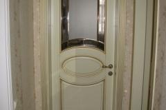 Межкомнатные двери из ясеня с обкладом и венецианским стеклом