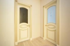 Межкомнатные двери из ясеня с обкладом и гравировкой на матовом стекле