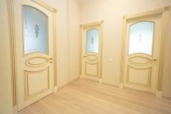 Межкомнатные двери из ясеня с обкладом и гравировкой на матовом стекле 2