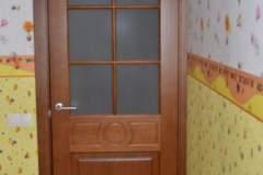 Межкомнатная дверь из ясеня с матовым стеклом и плоским наличником