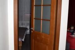 Межкомнатная дверь из ясеня с матовым стеклом и плоским наличником 2