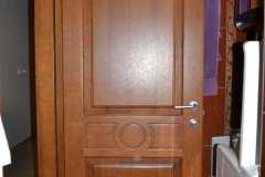 Межкомнатная глухая дверь из ясеня с декоративной фрезеровкой